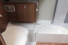 schickes Waschbecken, drehbare Toilette
