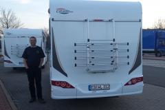 Andreas Irmer mit beiden Mobilen beim Zwischenstopp von der Werksabholung
